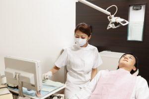 歯科検診を受ける若い男性と歯科医師